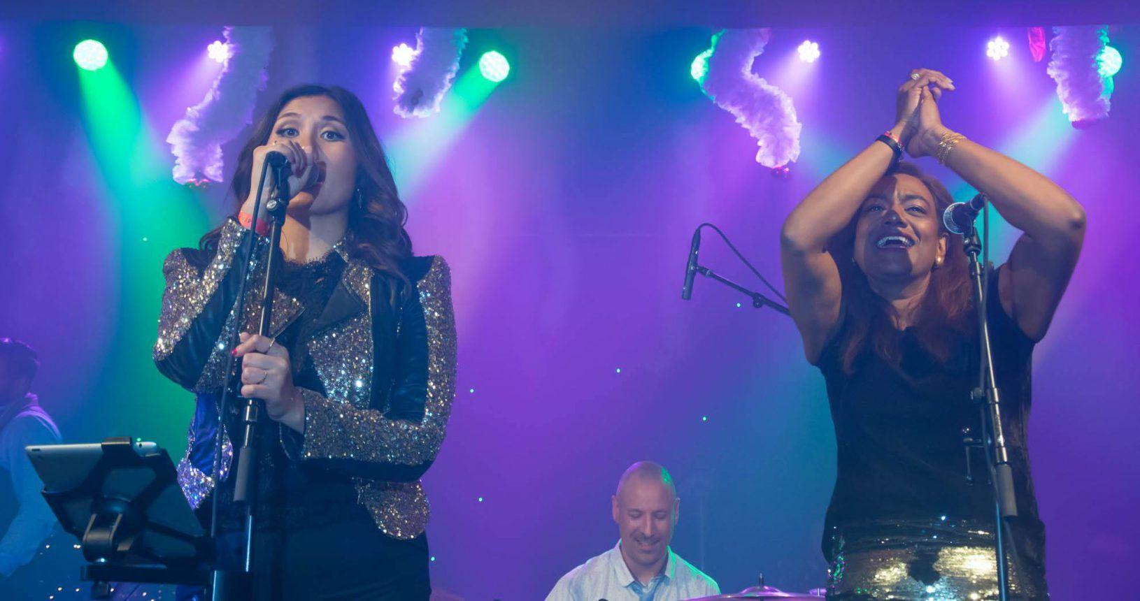 Onze prachtige zangeressen (Arva en Kristina) en onze drummer!